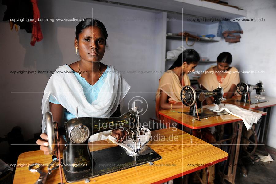 """INDIA Tamil Nadu Dindigul, portraits of young women which have worked in spinning units under the Sumangali scheme, a contract system, in which they are exploited instead of receiving a training and often do not receive the promised salary at the end of the contract / INDIEN Tamil Nadu, Dindigul , Portraets von Frauen die in der Textilindustrie in Spinnereien im Sumangali System gearbeitet haben, Sumangali bedeutet """"glueckliche Braut"""" und ist eine Form von Zwangsarbeit, junge Frauen erhalten einen Vertrag mit Versprechen auf Ausbildung und Zahlung einer Einmalsumme zum Ende der Laufzeit, sie arbeiten oft unter menschenunwuerdigen Bedingungen, werden teilweise sexuell von Vorarbeitern belaestigt und erhalten in vielen Faellen nicht die versprochene Entlohnung, , werden jungen Frauen die NGO´s SSSSS und SAVE vertreten die Frauen rechtlich um ihre Ansprueche geltend zu machen, Ausbildung der Frauen durch NGO SSSSS in einem village center, Maedchen Thavamani 20 Jahre"""
