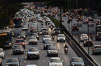 SAO PAULO, 13 DE AGOSTO DE 2012 - TRANSITO SP - Transito na Avenida 23 de maio nos dois sentidos no fim da tarde desta segunda feira, altura do araiso, regiao central da capital. FOTO: ALEXANDRE MOREIRA - BRAZIL PHOTO PRESS