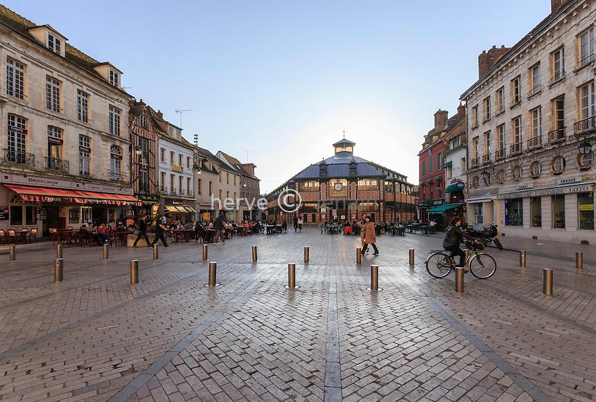 France, Yonne (89), Sens, la place de la République et le marché couvert // France, Yonne, Sens,  Republic Square and the Market Hall