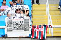 RIO DE JANEIRO, RJ, 26 DE AGOSTO 2012 - CAMPEONATO BRASILEIRO - BOTAFOGO X FLAMENGO - Torcedor do Botafogo homenageia o ex goleiro Felix, falecido esta semana, antes da partida entre Botafogo e Flamengo, pela 19a rodada do Campeonato Brasileiro, no Stadium Rio (Engenhao), na cidade do Rio de Janeiro, neste domingo, 26. FOTO BRUNO TURANO BRAZIL PHOTO PRESS