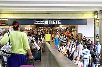 ATENCAO EDITOR: FOTO EMBARGADA PARA VEICULO INTERNACIONAL - SAO PAULO, SP, 08 FEVEREIRO 2013 - MOVIMENTACAO RODOVIARIA TIETE - Movimentação intensa na rodoviaria do Tiete nessa vespera de feriado muita gente viajando para aproveitar o feriado prolongado do carnaval nessa sexta 08. (FOTO: LEVY RIBEIRO / BRAZIL PHOTO PRESS)