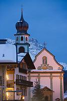 Europe/Italie/Trentin Haut-Adige/Dolomites/Alta Badia/ San Cassiano:  vue de nuit du village et de son église