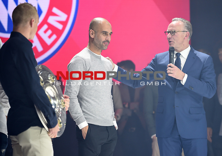 23.05.2015, Postpalast, Muenchen, FC Bayern Muenchen - German Championship Celebrations, im Bild   Karl-Heinz Rummenigge the executive board chairman of Bayern Muenchen congratulates head coach Josep Guardiola Foto © nordphoto