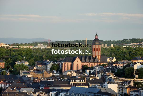 Blick über Mainz mit der Kirche St. Stephan im Abendlicht