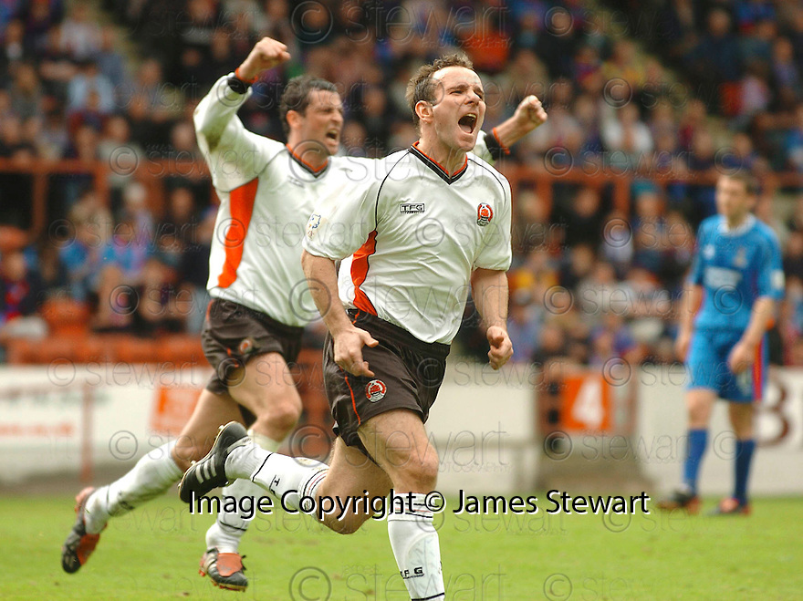 20040508    Copyright Pic: James Stewart.File Name : jspa06_clyde_v_ict.IAN HARTY CELEBBRATES SCORING CLYDE'S PENALTY....James Stewart Photo Agency 19 Carronlea Drive, Falkirk. FK2 8DN      Vat Reg No. 607 6932 25.Office     : +44 (0)1324 570906     .Mobile  : +44 (0)7721 416997.Fax         :  +44 (0)1324 570906.E-mail  :  jim@jspa.co.uk.If you require further information then contact Jim Stewart on any of the numbers above.........