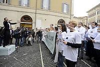 Roma, 27 Aprile 2015<br /> Manifestazione con flash mob di Ialia Unica contro la legge elettorale in discussione alla Camera dei Deputati.<br /> No Italicum, legge cerotto.<br /> Manifestanti indossano un bavaglio e cantano l'inno di Mameli