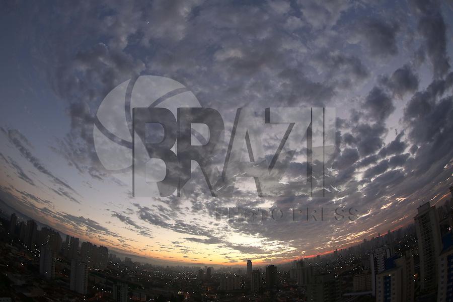SAO PAULO, SP, 11/06/2012, CLIMA TEMPO.<br /> <br /> Amanhecer na capital paulista nessa Segunda-feira (11).<br /> <br /> Luiz Guarnieri/ Brazil Photo Press