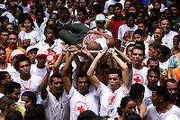 Descrição<br />Membros da Cruz Vermelha retiram do meio da procissão um dos muitos romeiros que passam mal durante o cortejo. O Círio de N. Senhora de Nazaré é acompanhado por cerca de 1.500.000 de pessoas, é considerada uma das maiores procissões religiosas do planeta.<br />Belém-Pará-Brasil <br />12/10/2003<br />©Foto Paulo Santos/Interfoto<br />Digital
