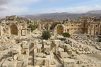 LEBANON Baalbek in Beqaa valley, UNESCO world heritage romanian temple site Baalbek Heliopolis, behind the mountains is Syria  / LIBANON Baalbek in der Bekaa Ebene, Altertum und UNESCO Welterbe roemische Tempelanlage Baalbek/Heliopolis, hinter den Bergen ist Syrien