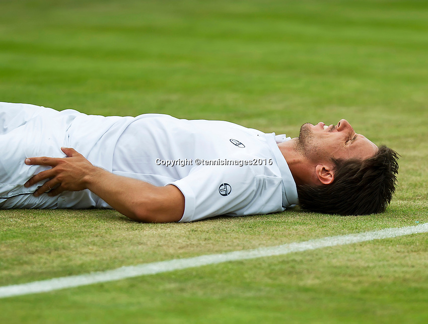 London, England, 28 june, 2016, Tennis, Wimbledon, Igor Sijsling (NED) falls and injured himself<br /> Photo: Henk Koster/tennisimages.com