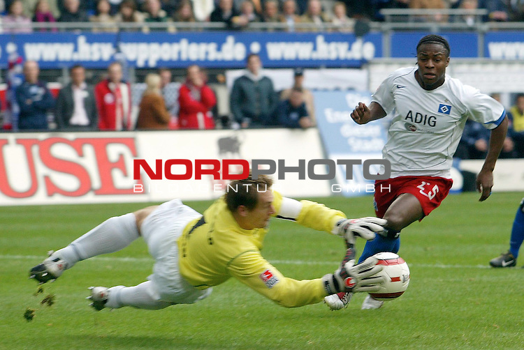 Bundesliga 2004/2005 -  Hamburger SV <br /> <br /> Hamburger SV vs DSC Arminia Bielefeld GmbH /&amp;Co. KGaA<br /> <br /> Emile Mpenza versucht vorbei an dem Bielefelder Mathias Hain ein Tor zu schiessen.<br /> <br /> Foto &copy; nordphoto - Anja Heinemann<br /> <br /> <br /> <br /> <br /> <br /> <br /> <br />  *** Local Caption *** Foto ist honorarpflichtig! zzgl. gesetzl. MwSt.<br /> <br /> Belegexemplar erforderlich<br /> <br /> Adresse: nordphoto<br /> <br /> Georg-Reinke-Strasse 1<br /> <br /> 49377 Vechta