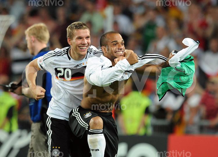 FUSSBALL EUROPAMEISTERSCHAFT 2008  Deutschland - Tuerkei    25.06.2008 Jubel: Lukas Podolski (li, GER) mit David Odonkor (re, GER)