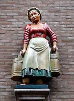 Beeld van melkmeisje in de Melksterstraat in Deventer