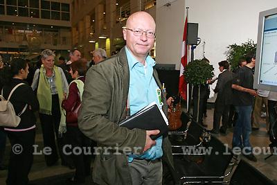 Genève, le 19.10.2008.Ambiance pendant le dépouillement des votations sur la constituante..Pierre Vanek..© Le Courrier / J.-P. Di Silvestro
