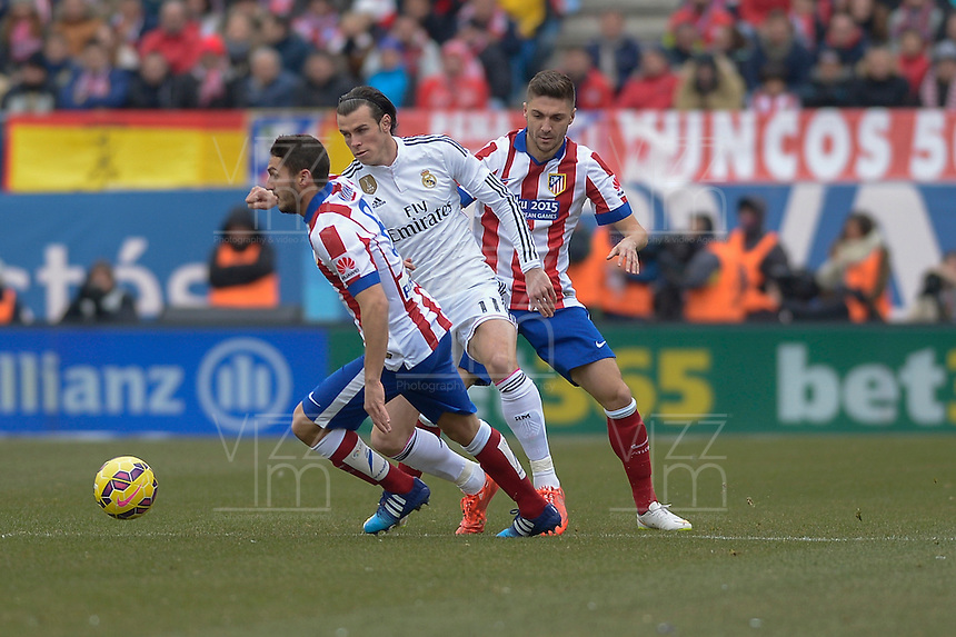 MADRID - ESPAÑA - 07-02-2015: Koke (Izq.) y Gabi (Der.) jugadores de Atletico de Madrid, disputan el balon con Bale (Cent.) jugador del Real Madrid  durante partido de La Liga de BBVA de España, 2015 Atletico de Madrid y Real Madrid  en el estadio Vicente Calderon de la ciudad de Madrid.  / Koke (L) and Gabi (R) players of Atletico de Madrid vies for the ball with Bale (C) player of Real Madrid, during a match between Atletico de Madrid and Real Madrid for the La Liga de BBVA de España 2015 in the Vicente Calderon stadium in Madrid.  Photo: Asnerp / Patricio Realpe / VizzorImage.