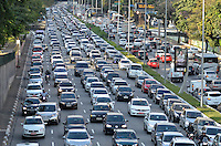 SÃO PAULO, SP, 15.07.2016 – TRÂNSITO-SP: Trânsito na Av. 23 de Maio, próximo ao Parque do Ibirapuera, zona sul de São Paulo na tarde desta sexta-feira. (Foto: Levi Bianco/Brazil Photo Press)