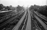 Berlino, quartiere Kreuzberg. Binari della ferrovia direzione centro città --- Berlin, Kreuzberg district. Railway tracks looking towards downtown