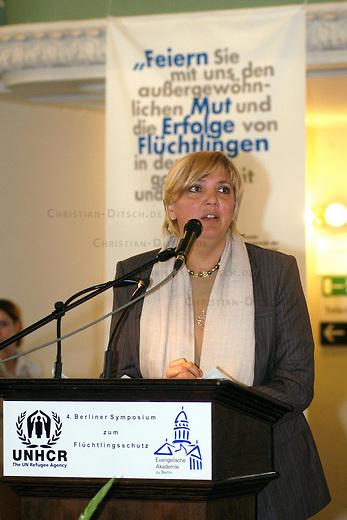 UNHCR-Symposium zum Thema Fl&uuml;chtlingsschutz<br /> Mehr als 300 Menschen kamen zum 4. Berliner Symposium Fl&uuml;chtlingsschutz des Hohen Fluechtlingskommissars der Vereinten Nationen (UNHCR) in die Franzoesische Friedrichsstadtkirche am Berliner Gendarmen Markt. Das Symposium wird seit 2000 von der Evangelischen Akademie zu Deutschland und dem UNHCR veranstaltet.<br /> Thema des diesjaehrigen Symposiums war der Fluechtlings- und Menschenrechtsschutz aus europaeischen Perspektiven nach der EU-Erweiterung.<br /> Hier: Claudia Roth, Beauftragte der Bundesregierung fuer Mneschenrechtspolitik und Humanitaere Hilfe im Auswaertigen Amt.<br /> 21.6.2004, Berlin<br /> Copyright: Christian-Ditsch.de<br /> [Inhaltsveraendernde Manipulation des Fotos nur nach ausdruecklicher Genehmigung des Fotografen. Vereinbarungen ueber Abtretung von Persoenlichkeitsrechten/Model Release der abgebildeten Person/Personen liegen nicht vor. NO MODEL RELEASE! Nur fuer Redaktionelle Zwecke. Don't publish without copyright Christian-Ditsch.de, Veroeffentlichung nur mit Fotografennennung, sowie gegen Honorar, MwSt. und Beleg. Konto: I N G - D i B a, IBAN DE58500105175400192269, BIC INGDDEFFXXX, Kontakt: post@christian-ditsch.de<br /> Bei der Bearbeitung der Dateiinformationen darf die Urheberkennzeichnung in den EXIF- und  IPTC-Daten nicht entfernt werden, diese sind in digitalen Medien nach &sect;95c UrhG rechtlich geschuetzt. Der Urhebervermerk wird gemaess &sect;13 UrhG verlangt.]