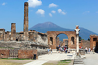 Italy, Campania, Pompei (Pompeji): ancient city of ruins, buried under ashes and cinders by eruption of vulcano Vesuvius in 79. AD | Italien, Kampanien, Pompei (Pompeji): antike altroemische Ruinenstadt, im Jahre 79 n. Chr. durch Ausbruch des Vesuvs unter Asche- und Bimsteinregen begraben