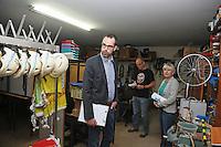 Baustadtrat Nils Kraft (l.), Architektin Adrienne Mittelstädt bei der Begehung des Geäudes im Lagerraum