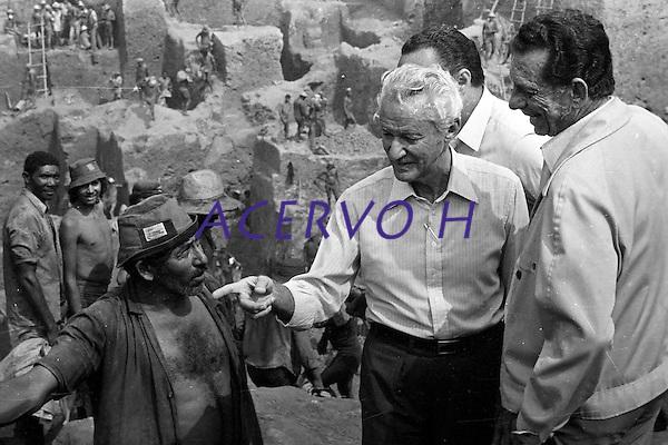 Garimpo de Serra Pelada.<br /> Senador Gabriel Hermes e o ministro das Minas e Energias C&eacute;sar Cals.<br /> Marab&aacute;, Par&aacute;, Brasil.<br /> Foto L&uacute;cio Fl&aacute;vio Pinto.<br /> 1982