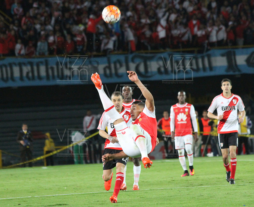 BOGOTA -COLOMBIA, 18-08-2016. Yeison Gordillo(Der) jugador de Independiente Santa Fe de Colombia   disputa el balón con Andres D Alessandro (Izq) del River Plate de Argentina  durante pimer encuentro de ida  de la Recopa Sudamerica disputado en el estadio Nemesio Camacho El Campín./ Yeison Gordillo (R) player of Independiente Santa Fe of Colombia fights for the ball with Andres D Alessandro (L) of River Plate of Argentina during the first leg of the Recopa Sudamerica played at the Nemesio Camacho El Campin Stadium . Photo:VizzorImage / Felipe Caicedo  / Staff