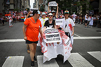 NEW YORK, EUA, 25.06.2017 - PARADA-NEW YORK - Participantes realizam protesto contra o presidente norte americano Donald Trump durante a Parada do Orgulho LGBT na cidade de New York nos Estados Unidos neste domingo, 25. (Foto: Vanessa Carvalho/Brazil Photo Press)