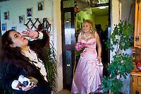 Giuseppe (Bea) della Pelle, esce dalla sua casa sotto gli occhi di sua figlia.