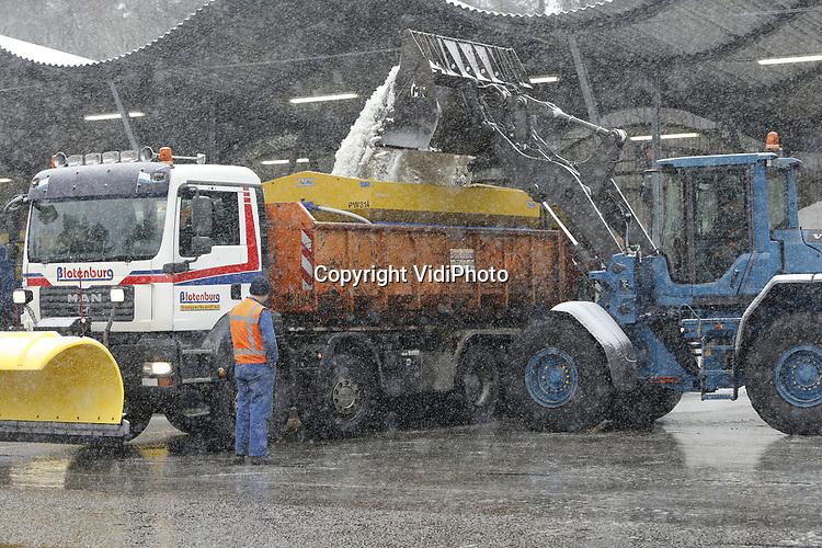Foto: VidiPhoto<br /> <br /> WOLFHEZE – Topdrukte in en bij het grootste zoutdepot van Midden-Nederland, Planken Wambuis in Wolfheze. In de oksel van de A12 en A50 heeft Rijkswaterstaat een perfecte uitvalsbasis voor de strooiwagens, die tijdens de sneeuwbuien van dinsdag maximaal werden ingezet. Gelderland is de provincie waar dinsdag de meeste sneeuw valt, aldus MeteoGroup in Wageningen. Op veel plaatsen valt er zeker 5 cm. sneeuw. Voor het hele land is code  geel afgegeven. Omdat het de komende nachten weer onder het vriespunt duikt en overdag rond de nul graden hangt,  blijft de sneeuw liggen.