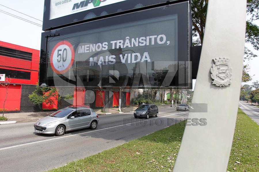 SÃO PAULO,SP, 14.10.2014 - TRANSITO-SP - Mensagem em favor da redução de velocidade é visto nos relógios da Avenida Atlantica, zona sul de São Paulo, nesta quarta-feira, 14. (Foto: Douglas Pingituro/Brazil Photo Press)