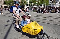 Nederland - Amsterdam - 2019. Vrolijke toerist met kinderen in bakfiets op de Dam in Amsterdam.   Foto mag niet in negatieve / schadelijke context gepubliceerd worden.  Foto Berlinda van Dam / Hollandse Hoogte