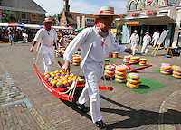 Nederland Edam 2015 07 22 .  Kaasmarkt in Edam. Kaasdragers dragen een berrie vol kaas