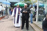 RIO DE JANEIRO, RJ, 13.02.2014 - VELORIO SANTIAGO ANDRADE - O arcebispo do Rio, dom Orani Tempesta (D), no velório do cinegrafista Santiago Andrade, no cemitério Memorial do Carmo, no Caju, zona portuária do Rio de Janeiro, nesta quinta-feira (13). Ao meio dia, Andrade será cremado. O cinegrafista teve morte cerebral na segunda- feira, 10, depois de ser atingido por um rojão na cabeça, há uma semana, durante manifestação contra o aumento do preço das passagens de ônibus. Seus órgãos foram doados. (Foto: Celso Barbosa / Brazil Photo Press).