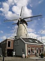 Molen de Arkduif staat op een brouwerij in Bodegraven