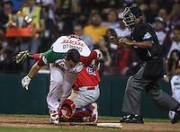 Xorge  Carrillo de Las Agulas de Mexicali de Mexico recibe una base por golpe  del pitchar Adalberto Flores de los Criollos de Caguas de Puerto Rico, durante el  partido final de la Serie del Caribe en el nuevo Estadio de  los Tomateros en Culiacan, Mexico, Martes  7 Feb 2017. Foto: AP/Luis Gutierrez