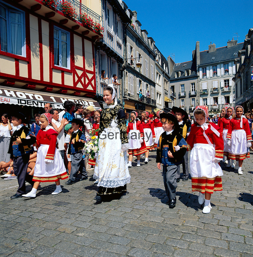 France, Brittany, Départements Finistère, Quimper: Cornouaille Festival - children in traditional dress   Frankreich, Bretagne, Département Finistère, Quimper: Cornouaille-Fest, Kinder in traditioneller Tracht