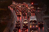 SAO PAULO, 01 DE JUNHO DE 2012 - TRANSITO SP - Transito na Avenida Sumare no fim da tarde desta sexta feira, regiao oeste da capital. FOTO: ALEXANDRE MOREIRA - BRAZIL PHOTO PRESS