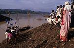 INDIA, state Gujarat, Narmada river and dams, reservoir of Narmada dam Sardar Sarovar Project at tribal village Manibeli, submerged farm land and forest, children await boat of Medha Patkar the leader of NBA Narmada bachao Andolan, movement to save the Narmada / INDIEN, Gujerat, Narmada Fluss und Staudaemme, Stausee des Sardar Sarovar Projekt, ueberflutetes Ackerland und zerstoerter Wald des Adivasi Dorf Manibeli