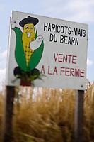 """Europe/France/Aquitaine/64/Pyrénées-Atlantiques/Béarn/Boueilh-Boueilho-Lasque: Panneau signalant la vente à la ferme de Haricot-Maïs du Béarnaricot-Maïs ou haricots frais du Béarn, véritable culture à l'ancienne dans le Béarn.Sa culture est basée sur l'utilisation du maïs comme unique tuteur : """"véritable complicité entre le haricot et le maïs"""".Sa peau très fine et sa chair fondante, non farineuse, le rendent particulièrement digeste - EARL Gauzé, Alain et Bernadette Cassagnau"""