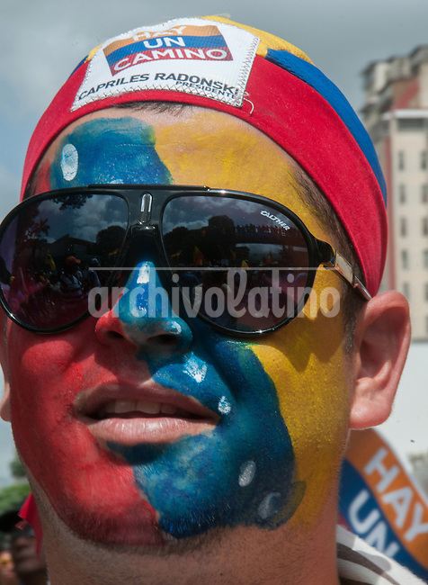 Venezuela: Caracas,15/07/12 .opposition candidate Henrique Capriles, greets supporters,during a walk in San Martin Avenue in Caracas, in his election campaign for the upcoming presidential elections in Venezuela on October 7.Carlos Hernandez/Archivolatino