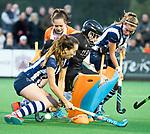 BLOEMENDAAL  - Hockey -  finale KNHB Gold Cup dames, Bloemendaal-HDM . Bloemendaal wint na shoot outs. Hester van der Veld (HDM) scoort 1-1. keeper Diana Beemster (Bldaal) met Fay van der Elst (HDM) en Pien Dicke (HDM) .   COPYRIGHT KOEN SUYK