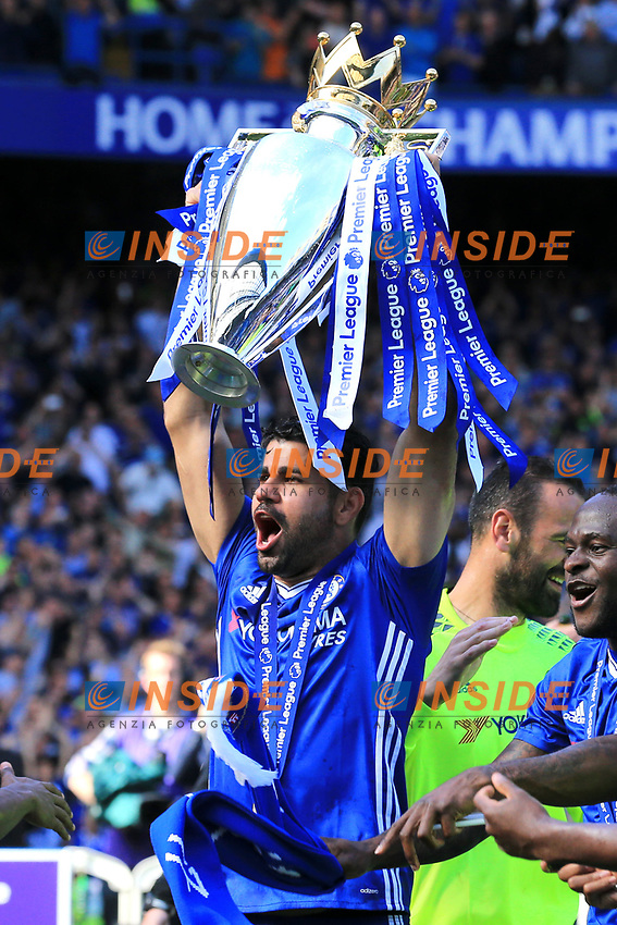 Chelsea forward Diego Costa (19) lifts the Premier League Trophy during the Premier League match between Chelsea and Sunderland at Stamford Bridge on May 21st 2017 in London, England. <br /> Festeggiamenti Chelsea vittoria Premier League <br /> Foto Leila Cocker/PhcImages/Panoramic/Insidefoto