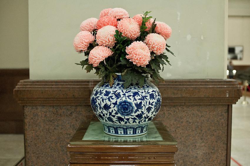 Un bouquet de chrysanthèmes rouges dans un vase bleu et blanc, symoboles du Guomingdang, dans le musée dédié à Chang Kai Shek.