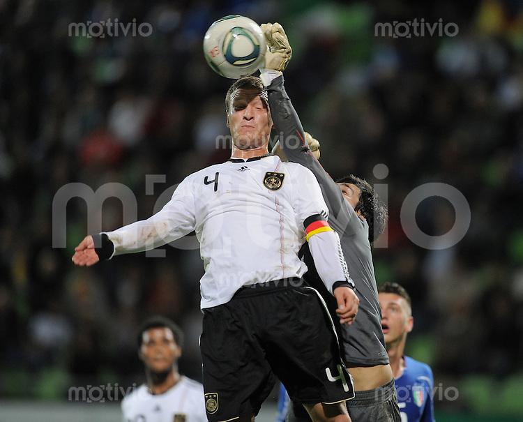 FUSSBALL INTERNATIONAL Laenderspiel U 20   05.10.2011 Deutschland - Italien Shkodran Mustafi (li, Deutschland) gegen Torwart Alessandro Iacobucci (Italien)