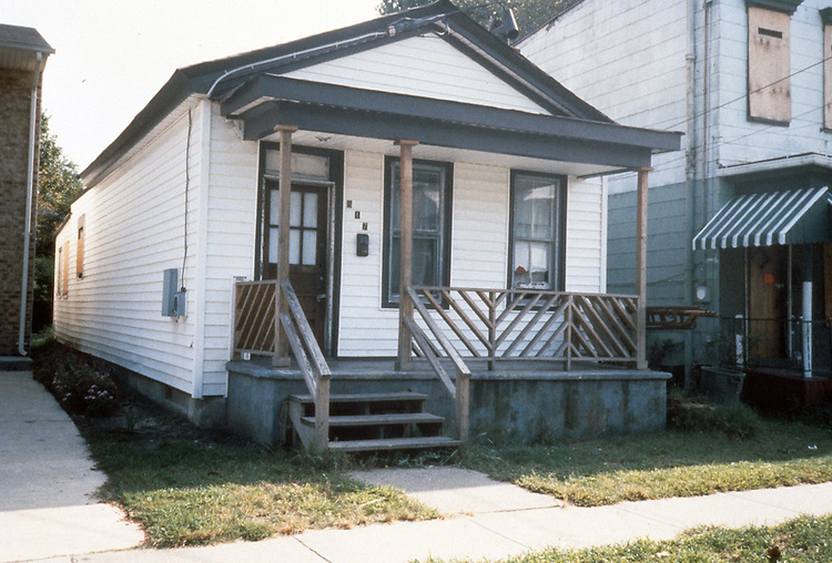 1990 September..Redevelopment.Huntersville 1&2 (R-70)..HUNTERSVILLE BEFORE.817 B AVENUE...NEG#.NRHA#..REDEV:HuntII-1  2:4