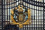 Londyn, 2009-03-06. Herb na bramie rezydencji brytyjskich monarchów, Buckingham Palace.