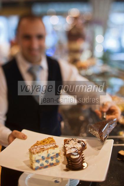 Europe/Suisse/Saanenland/Gstaad: Pâtisserie, salon de thé Charly's, service des gâteaux