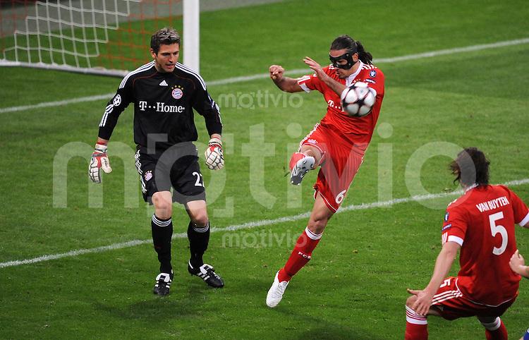 FUSSBALL Champions League  Viertelfinal Hinspiel SAISON 2009/2010    FC Bayern  Muenchen  - Manchester United        30.03.2010 Torwart Hans Joerg Butt, Martin Demichelis (v. li., FCB)