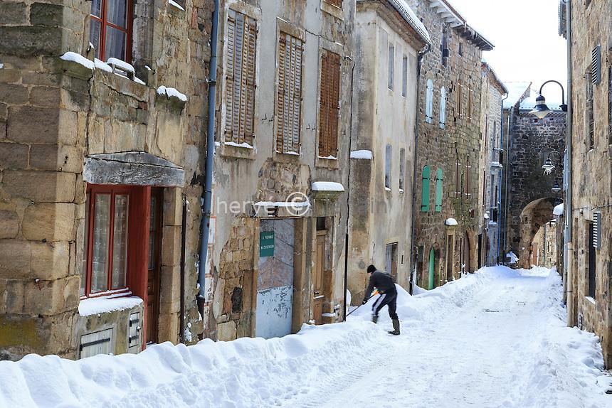 France, Haute-Loire (43), Pradelles, labellisé Les Plus Beaux Villages de France, rue sous la neige
