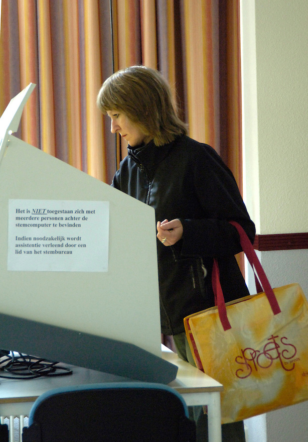 Nederland,   Driebergen, 1 juni2005.Europees referendum. Referendum voor of tegen de europese grondwet.  Stemmen voor of tegen. Democratie, europese eenheid, europa. ..Foto (c) Michiel Wijnbergh